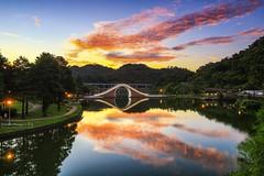 Dahu Park ~Sunrise ~大湖公園日出 (Estrella Chuang 心星) Tags: 日出 火燒雲 倒影 大湖公園 sky sunrise water clouds 錦帶橋
