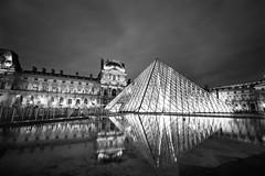 pyramide du Louvre - Paris France (yolodu93) Tags: lelouvre paris pyramide noiretblanc blackandwhite canon 60d