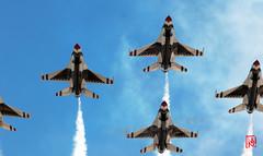 La patrouille acrobatique des Thunderbirds, invitée pour le défilé aérien  du 14 juillet 2017. Depuis le toit de la Grande Arche réouvert il y a à peine un mois ! 3/4 (mamnic47 - Over 7 millions views.Thks!) Tags: 14072017 14juillet2017 canon70200mm patrouilleacrobatiquedesthunderbirds lockheedmartinf22araptor usairforce alfajete f16 6c8a7700 toitdelagrandearche