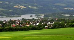 De cuento.... (Santos M. R.) Tags: casas verde pradera lago agua water rojo blanco red white green azul blue lillehammer noruega