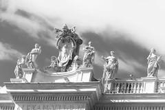 The coat of arms (Martha MGR) Tags: roma vaticano column colunas italy viagem tri blackandwhite monochrome canoneosdigitalrebelxs marthamgr marthamgraymundo praçadesãopedro
