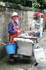 ambulatory noodle vendor (the foreign photographer - ฝรั่งถ่) Tags: woman ambulatory noodle vendor cart pail bucket apron hat khlong thanon portraits bangkhen bangkok thailand canon kiss