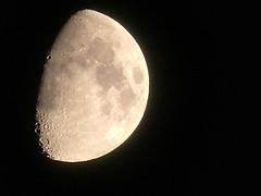 una conchiglia da tenere per le mani, un portafortuna da tenere davanti agli occhi.. una metà luna per continuare a sognare (andreamichienzi) Tags: luna moon darkside night lighside halfmoon half sky darksky moonlight panasonicdmcfz200 panasonic dmcfz200