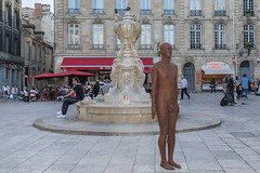 2017/07/03 19h59 statue d'Antony Gormley (place du Parlement) (Valéry Hugotte) Tags: 35mm antonygormley bordeaux gormley parlement placeduparlement sigma35mm artcontemporain bronze canon canon5d canon5dmarkiv homme sculpture sigma statue