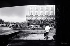 2017-05-20-Amsterdam-61-2 (Pontalain) Tags: amsterdam vorbeigehen andador bridge brucke bw marcher nb paso passant passing pont puente strasse street towalk walker walking wanderer
