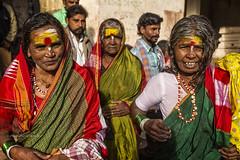 MAHAAKUTA : PORTRAIT DE FEMMES EN JAUNE AVEC LEURS SOLEILS (pierre.arnoldi) Tags: inde india pierrearnoldi photoderue photooriginale photocouleur photodevoyage canon tamron karnataka badami mahaakuta