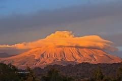 Volcán de Colima con sombrero dorado (ernestoortiz5) Tags: volcano volcanes volcándecolima colima estoesméxico nature naturaleza landscape paisaje sunset atardecer lava eruption erupción canonphotos