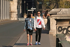 Pont de Bir-Hakeim - Paris (France) (Meteorry) Tags: europe france idf îledefrance paris parispeople candid street rue streetscene pont bridge pontdebirhakeim passy viaducdepassy couple ensemble forever together toujours man woman femme homme guy male female sunglasses sneakers morning matin april 2017 meteorry