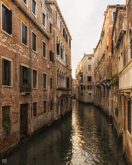 Off peak (BAN - photography) Tags: architecture oldbuildings venice bricks columns shutters d810 arches water reflection windowboxes
