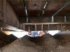 Unter dem Spielplatz (Bild_Switch) Tags: holz sand schatten kind wood kid playground spielplatz