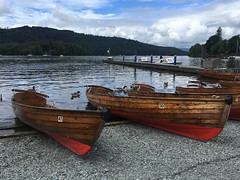 Bowness-on-Windermere, Royaume Uni (Shaun Smith-Milne) Tags: paysage tranquille paisible paix bateauàrames oiseaux oiseau canards canard parcnational parc colline collines bois arbres forêt forêts jetée plage cailloux grandebretagne royaumeuni angleterre bateaux eau bateau lacustre lac cumbria lakedistrict thelakedistrict nationalpark park july summer serene serenity tranquility tranquil peaceful peace ducks duck birds bird rowingboat countryside stones lakeside pebbles beach unitedkingdom greatbritain britain england trees jetty hills hill woodland woodlands woods forest forests pier boats boat water lakewindermere lake windermere bowness bownessonwindermere