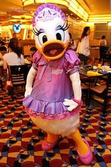 Daisy Duck (sidonald) Tags: tokyo disney tokyodisneyresort tdr disneyambassadorhotel chefmickey シェフ・ミッキー ディズニーアンバサダーホテル greeting グリーティング daisy デイジー