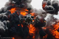 Apache on fire (jlopegran) Tags: yeoviltonairday apacheah1 armyaircorps helicóptero helicópter fire smoke rnas hmsheron royalnavyyeovilton