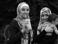 Street Portrait - Millennium Park - Downtown Chicago - 13 July 2017 - 7D II - 089 (Andre's Street Photography) Tags: monochrome chicago downtown innercity urban urbanlife streetlife loop millenniumpark hijab muslim traditional dress islamic women infant child smile drink tourists tourism destination blackandwhite bw bwphotography zwartwit schwarzweiss noiretblanc blancoynegro street straat straatfotografie straatportret streetportrait streetphotography fotografiadistrada strasse strada lacalle larue candid vivianmaiersstyle robertfranksworld dedicatedtodianearbus tributetoedvanderelsken aroundillinois enjoyillinois illinis twop dedeka chicagoist chicagoistphotos chicagomagazine chicagotribune chicagojournal chicagoreader chitown photobyandrevanvegten canon eos eos7d 7dmarkii ef24105f4l