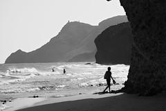Buscando sitio de baño-2 (juan jose aparicio) Tags: baño beach playa roca rock sombra shadow