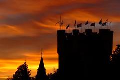 Torre del Homenaje (Segovia) (alfonsocarlospalencia) Tags: alcázar segovia torre homenaje contraluz crepúsculo atardecer naranja nubes luz ensoñación infancia recuerdos nostalgia banderas juegos historia españa siluetas