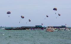 (seua_yai) Tags: asia southeastasia thailand thai pattaya beach sea gulfofthailand people thaipeople candid tourists parasailing speedboat pattayabay dailylife thailife pattaya2017