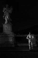 TEMPLANDO CUERDAS (oskarRLS) Tags: violín violin music música roma noche night street calle city sounds sonidos