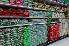 rice in the supermarket (the foreign photographer - ฝรั่งถ่) Tags: rice tesco lotus supermarket bangkhen bangkok thailand sony rx100