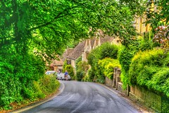 * Castle Combe Cotswolds :  walking by the cottages * (argia world 1) Tags: inghilterra england castlecombe costwolds strada road alberi trees cespugli bushes cottages verde