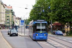 R2-Wagen 2124 als Linie E17 am Ostfriedhof in nordwärtiger Fahrtrichtung (Frederik Buchleitner) Tags: 2124 linie17 liniee17 munich münchen r2wagen redesign strasenbahn streetcar tram trambahn