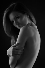 Kristina (kin182photo) Tags: portrait portraiture nude dos courbe feminine topless blackandwhite noiretblanc bw nb ombres lumières light shadow long hair chevelure cheveux longs nu nue buste jolie fille cute girl beautiful woman belle femme nudité féminine