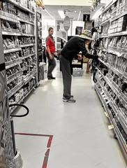 quem procura acha (luyunes) Tags: gente mercado mercadorias pessoa escolhas supermercado loja motoz luciayunes
