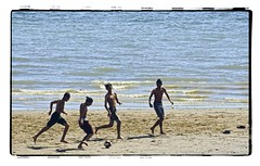 Blessed summer (D72_2295a) (Images Paulmario) Tags: vancouver canada britishcolumbia summer boys youngguys beach football soccer englishbay barefoot garçons plage sports deportes playa youth chicos calcio spiaggia verano estate été