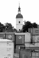 0927 Containerlager am Hafen von Riesa - Kirchturm der romanischen Kirche Gröba; erbaut 1734. (stadt + land) Tags: fotos sehenswürdigkeiten stadt elbstadt riega mittelstadt landkreis meisen elbe jahna döllnitz containerlager hafen riesa kirchturm romanische kirche gröba erbaut 1734