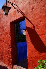 Midday sun (sacipere) Tags: arequipa santacatalina streetlamp shadow schatten sombra red blue peru