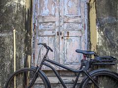Mumbai 2015 (hunbille) Tags: india mumbai birgittemumbai1lr walkeshwar temple complex walkeshwartemple door bicycle malabarhill malabar hill bangangatank banganga tank lake bombay
