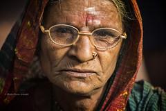 PORTRAIT DE FEMME AU TEMPLE MAHAAKUTA (pierre.arnoldi) Tags: inde india mahaakuta temple pierrearnoldi badami karnataka portraitdefemme photoderue photooriginale photocouleur