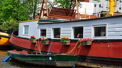 Houseboat in Amsterdam (gerard eder) Tags: world travel reise viajes europa europe nederland niederlande netherland holland holanda paisesbajos amsterdam grachten houseboat boats boote barcas canal city ciudades cityscape cityview stadtlandschaft outdoor oldcity hausboot