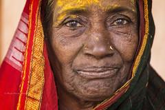 MAHAAKUTA: PORTRAIT EN JAUNE III (pierre.arnoldi) Tags: inde india karnataka badami mahaakuta pierrearnoldi canon tamron portraitdefemme portraitsderue photoderue photooriginale photocouleur