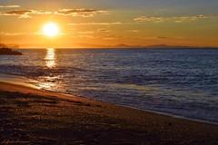 L'oro del mattino (lefotodiannae) Tags: onda riva sabbia colori nuvole italia liguria loano onde sky sun oro riflessi mattino alba mare cielo sole lefotodiannae