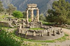 Remains of a temple (Delphi, Greece) (armxesde) Tags: pentax ricoh k3 greece griechenland delphi ruins ruinen tempel temple säule column parnassos athenapronaia tholos