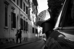 In the street of Roma (parenthesedemparenthese@yahoo.com) Tags: dem roma italie italia bw byn blancoynegro blackandwhite blancetnoir street streetphotographie streetphotgraphy reflection selfie auto car lovers couple amoureux kiss baiser facades homme man woman femme silhouettes