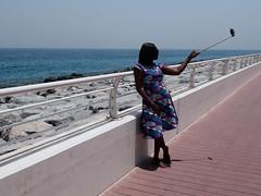 Selfie en Dubai (Edgardo W. Olivera) Tags: gh3 panasonic lumix microcuatrotercios microfourthirds dubai uae unitedarabemirates palmjumeirah emiratosárabesunidos selfie people woman mujer boardwalk