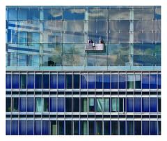 Les laveurs de vitres (Marie Hacene) Tags: hambourg allemagne vitres laveur reflets immeuble