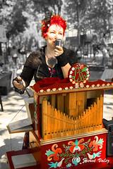 Lila_DSC0567 (hervv30140) Tags: portrait femme artiste chanteuse orgue barbarie musette instrument vintage ancien cheveux rouge plume désuet rétro nostalgique romantique