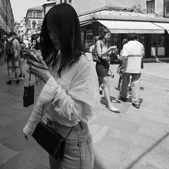 56i60617 (photo & life) Tags: italia italie ville city venise street streetphotography humanistphotography photography photolife™ noiretblanc blackandwhite fujifilm fujinon fujinonxf14mmf28r 14mm squareformat squarephotography jfl europe women beauty