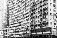 There's no Room, no Space to rent in this Town - Hongkong 23/188 (*Capture the Moment*) Tags: 2017 fahrzeugeverkehr fotowalk hongkong menschen people sonya7m2 sonya7mii sonya7mark2 sonya7ii sonyfe2470mmf4zaoss sonyilce7m2 strassen strassenscene street streetlife schwarzweiss monochrome architecture architektur gebäude building fassade
