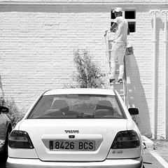 Camuflaje (toninhodacantina) Tags: blanco white blancoynegro bw huelva españa spain streetphotography andalucía verano summer microfourthirds m43 olympusomdem1 panasoniclumixgvario1235f28