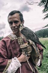 Mittelalterliches Fotoshooting mit Greifvogel (Gina Biernath) Tags: greifvogelfotografie greifvogel shooting falke malemodel mittelalter gemälde wald natue natur grün green day wowo