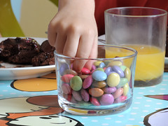 plaisirs gourmands de l'enfance (Melodie RGB) Tags: cuisine enfants jeudecouleurs couleursvives bonbons gateaux chocolat mains boisson orange symbolique anniversaire children anniversary colors sweets cake chocolate smarties hand chilhood enfance