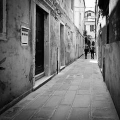 78i60617 (photo & life) Tags: italia italie ville city street streetphotography jfl photography photolife™ fujifilm fujinon fujifilmxpro2 fujinonxf14mmf28r 14mm carabinieri blackandwhite noiretblanc squareformat squarephotography humanistphotography venise europe