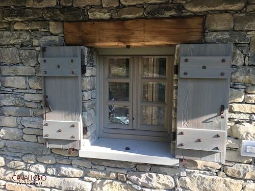 Scuri in legno rusticato a doghe verticali con traversi e chiodi in ferro antico - Linea Epoca