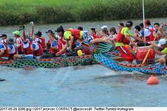 2017-05-29 2286 (Badger 23 / jezevec) Tags: 2017 20170529 dajia dragon dragonboat festival taiwan history culture travel tourism duanwufestival zhongxiaofestival 忠孝節 龍船節 龍舟節 端午节 端午節 龍舟 龙舟 龍船 龙船 taipei ֵ台北 臺北市 taipeh taןpeh ταϊπέι 타이페이 тайбэй 台北市 ტაიბეი تايبيه taibei đàibắc taipé tchajpej rowing sports boat barco шлюпка 배 ボート barca βάρκα bateau 小船 člun veneillä csónak łódź boating vessel photo picture image watersports watercraft asia tradition people