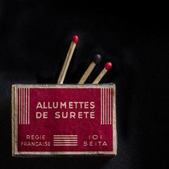 allumettes de sureté-an old matchbox (jemazzia) Tags: intérieur inside fondnoir allumettes matches boîte box naturemorte feu fire