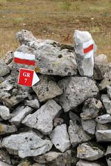 Peu avant Navacelles, Chemin de Saint-Guilhem-le-Désert (Gard) (michele 69600) Tags: chemindesaintguilhemledésert sign signe chemin randonnée mur wall caillou pierre départementdugard